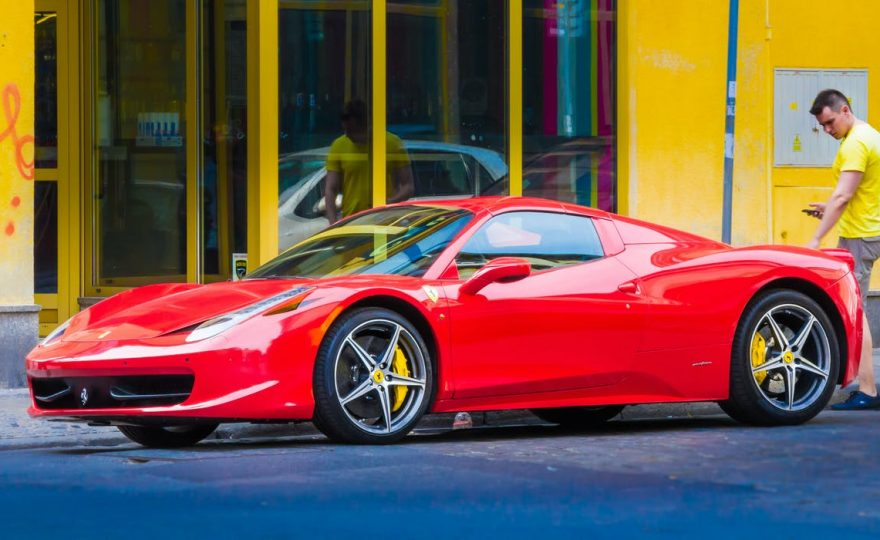 En röd sportbil