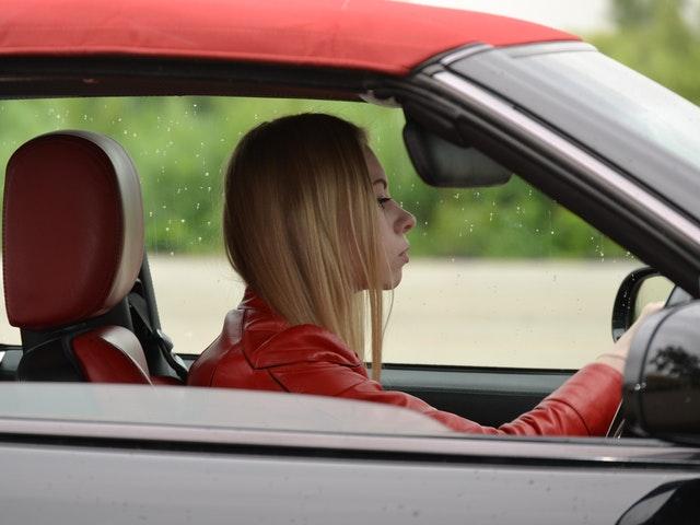 En tjej som kör bil